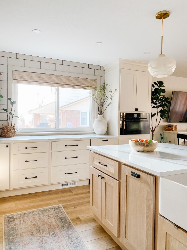 learn how to mix and match your kitchen cabinet hardware styles to make your kitchen look more custom!